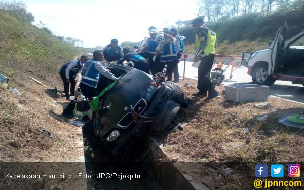 Mobil BMW Melaju Tabrak Pekerja, Terbalik di Bahu Jalan Lalu Masuk Parit - JPNN.com