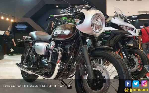 Kawasaki W800 Cafe Melantai di GIIAS 2019, Harga Rp 290 Juta - JPNN.com