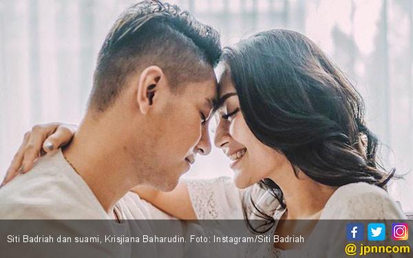 Ups, Siti Badriah-Krisjiana Pamer Foto Hot di Kolam Renang - JPNN.com