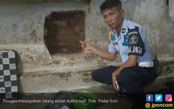 Napi Jebol Tembok Rutan Pakai Tongkat Bantu Jalan - JPNN.com