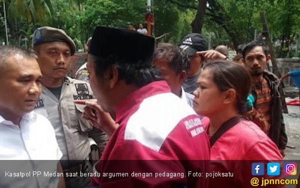 Video Detik-detik Satpol PP Tersiram Air Panas Saat Penggusuran - JPNN.com