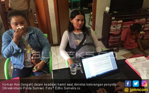 Ibu Hamil Diadang Tiga Perampok, Dor! Uang Puluhan Juta dan Sepeda Motor Raib - JPNN.com