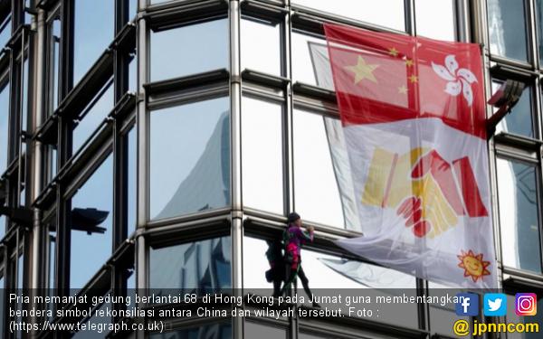 Uji Nyali, Pria Ini Panjat Gedung Pasang Spanduk Perdamaian Tiongkok dan Hong Kong - JPNN.com