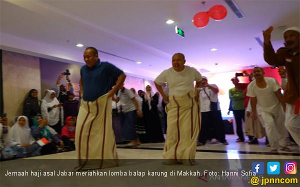 Mengharukan, Jemaah Haji Indonesia Balap Karung di Makkah - JPNN.com