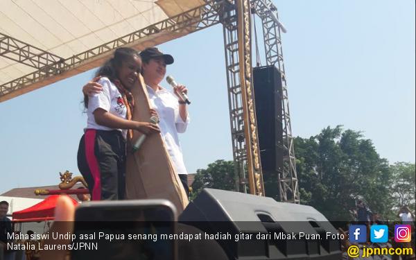 Mahasiswi Perantau Asal Papua Semringah Dapat Hadiah Gitar dari Mbak Puan - JPNN.com