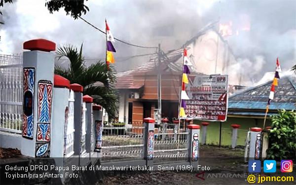 Massa Lempari Kapolda, Pangdam dan Wagub Papua Barat dengan Batu - JPNN.com