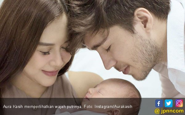Aura Kasih Akhirnya Perlihatkan Wajah Putrinya - JPNN.com