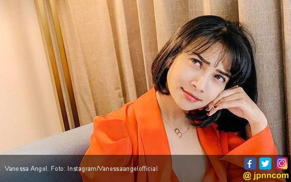 Pamer Belahan Dada, Vanessa Angel: Aku Limited Edition - JPNN.com