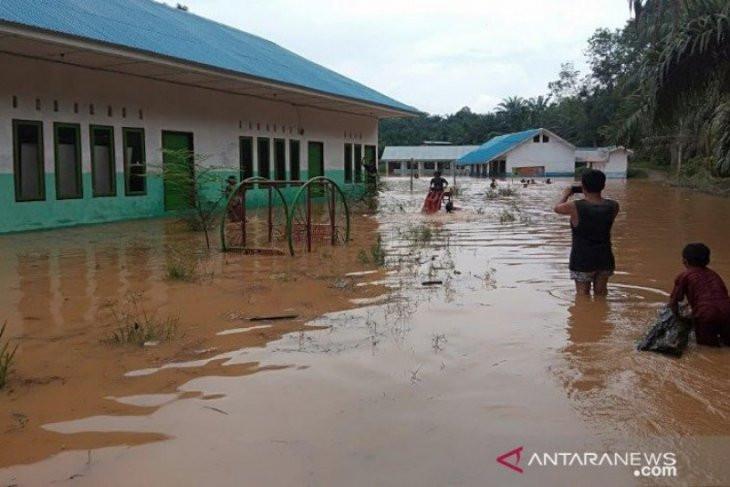Di Kabupaten Mandailing Natal Sudah Turun Hujan, Puluhan Rumah-Fasilitas Umum Terendam Air - JPNN.com