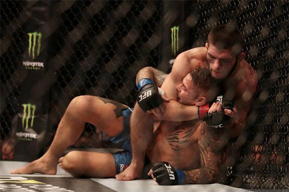 Cekik Poirier dari Belakang, Khabib Nurmagomedov Pertahankan Gelar Kelas Ringan UFC - JPNN.com