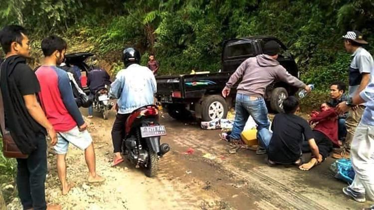 Sopir Kaget Ada Turunan, Mobil Rombongan Pengantin Tabrak Tebing, Satu Penumpang Meninggal - JPNN.com