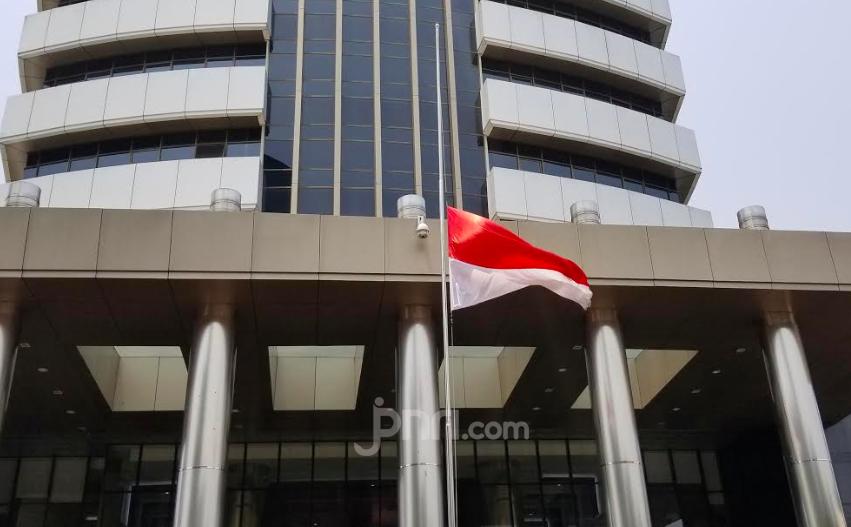 Bendera Setengah Tiang dari KPK untuk Habibie - JPNN.com