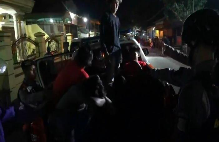 Gerombolan Pemuda Kaget Digerebek Pasukan Bersenjata di Pos Kamling - JPNN.com