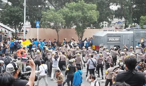 Ini Penyebab Massa PMII Bentrok dengan Polisi di Depan Gedung KPK - JPNN.com