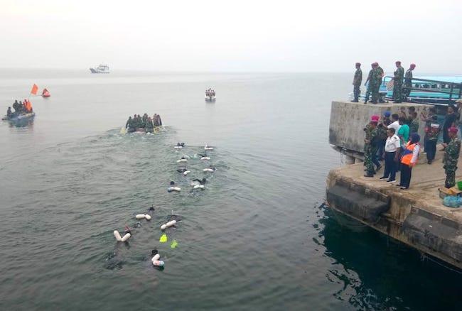 Marinir Memang Top, Berenang Seberangi Danau Toba untuk Pulihkan Pariwisata - JPNN.com