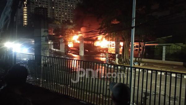 Bus dan Jeep Milik TNI Dibakar Massa di Area Parkir Lapangan Tembak Senayan - JPNN.com