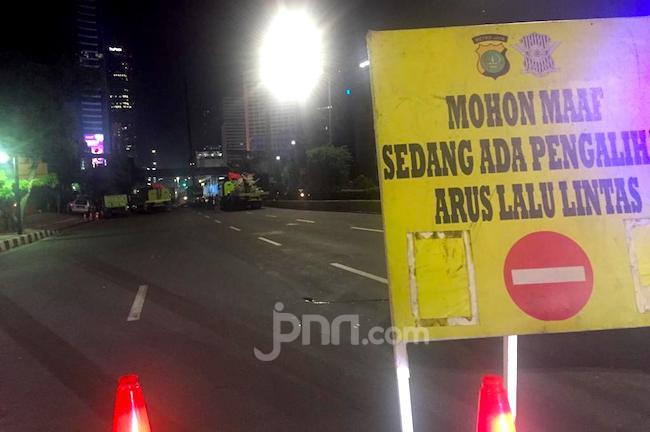 Polisi Alihkan Arus Lalin di Sekitar Gedung Roboh - JPNN.com