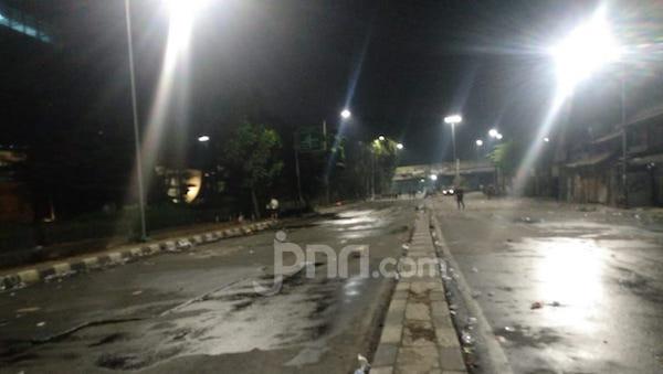 Situasi Terkini Jalan Raya Pejompongan Usai Bentrok Pedemo dengan Polisi