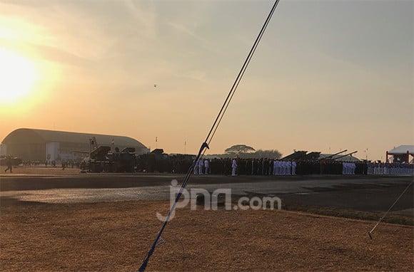 Jokowi Pimpin Upacara Parade dan Defile HUT Ke-74 TNI - JPNN.com