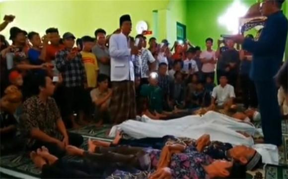 2 Keluarga Bertetangga Gelar Sumpah Pocong Gara-Gara Sengketa Tanah - JPNN.com