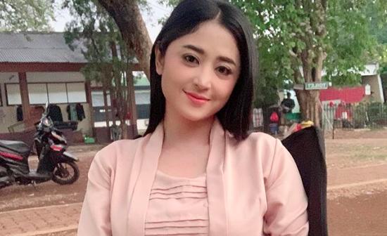 Protes ke Ruben Onsu, Dewi Perssik: Ngapain Bahas Meldi
