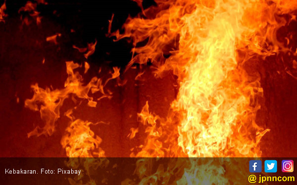 Jelang Malam, Kebakaran Melanda Kawasan Padat Penduduk di Tambora - JPNN.com