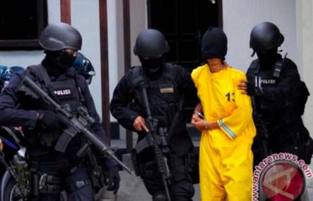 Densus 88 Antiteror Geledah Rumah Terduga Teroris, Isinya Mengejutkan - JPNN.com