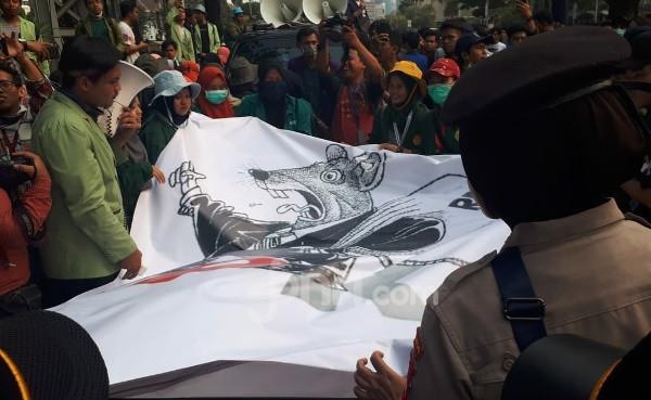 BEM SI Berupaya agar Presiden Jokowi Melihat Poster Tikus Berdasi - JPNN.com