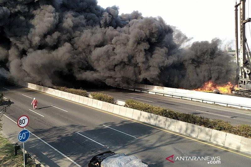 Pipa Minyak di Tol Purbaleunyi Terbakar, Arus Kendaraan Dialihkan - JPNN.com
