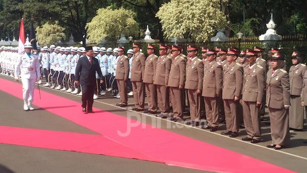Prabowo Periksa Pasukan, Langkah Tegap di Karpet Merah - JPNN.com