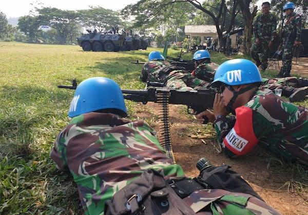 Bersenjata Lengkap, Belasan Personel Satgas TNI Tampak Tiarap, Posisi Siap Menembak - JPNN.com
