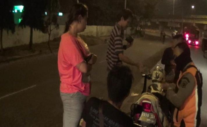 Satpol PP Datang Saat Tiga Wanita dan Lima Pria Ini Lagi Asyik - JPNN.com