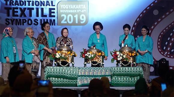 GKR Hemas Buka Simposium Tekstil Tradisional ASEAN 2019 - JPNN.com