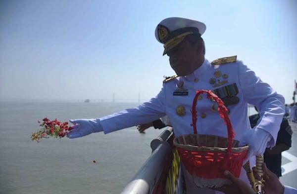 Komandan Gugus Tempur Laut Pimpin Upacara Tabur Bunga di Atas Kapal Perang - JPNN.com