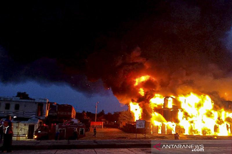 Dahsyat, Ratusan Gerbong Kereta Api Terbakar