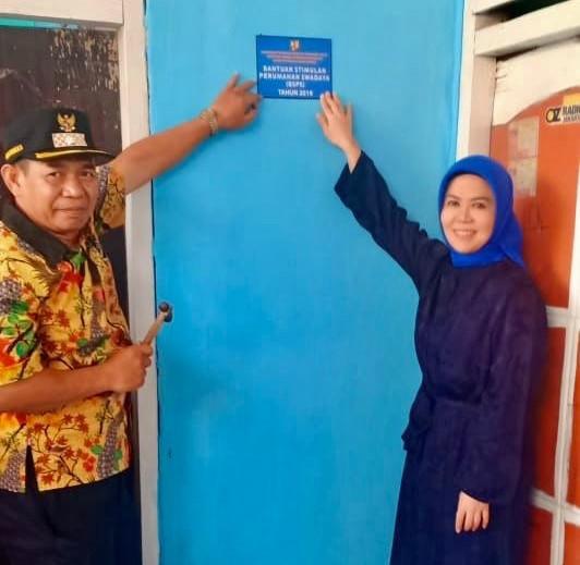 Intan Fauzi Pasang Papan Peneng BSPS di Kota Depok - JPNN.com