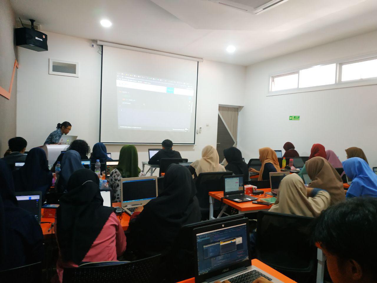 Puluhan Pemuda Makassar Dilatih Tingkatkan Kreativitas Bidang TI - JPNN.com
