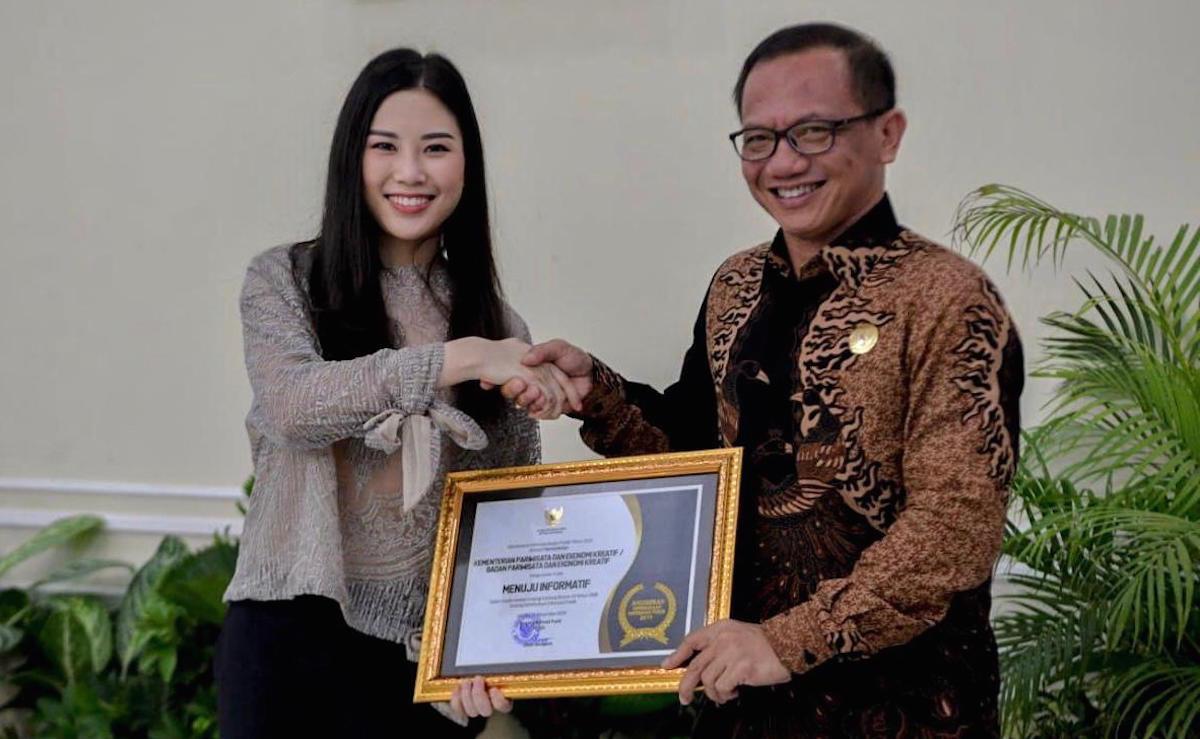 Wakili Kemenparekraf, Angela Terima Anugerah Keterbukaan Informasi Badan Publik - JPNN.com