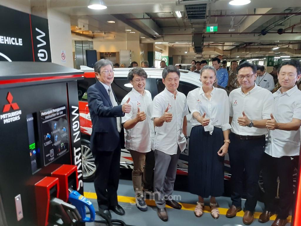 Mitsubishi Outlander PHEV Bisa Dicas di Parkiran Plaza Senayan Hanya dalam 25 Menit - JPNN.com
