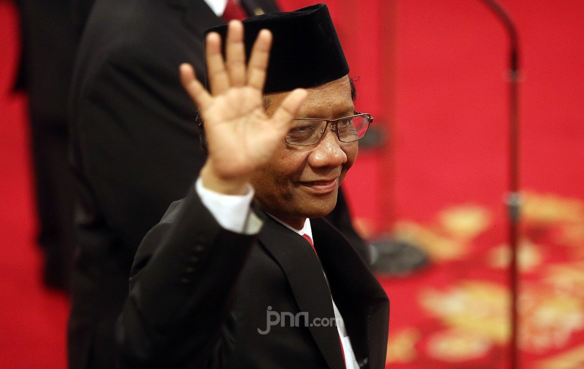 Mahfud MD Tak Percaya Ajudan Wentius Nimiangge Kena Tembak - JPNN.com