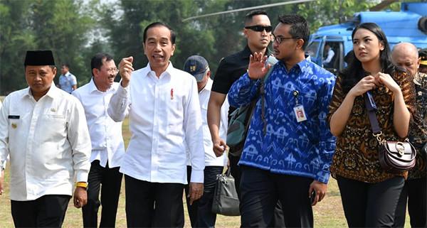 Foto-Foto Putri Indahsari Tanjung dan Andi Taufan Garuda Putra saat Mendampingi Jokowi - JPNN.com
