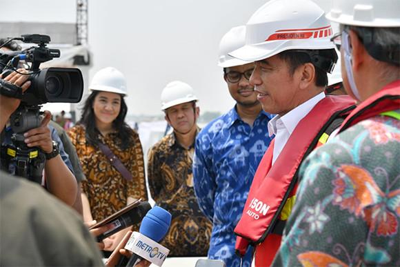 Dari Kejauhan, Putri Indahsari Tanjung Tampak Tersenyum Manis - JPNN.com