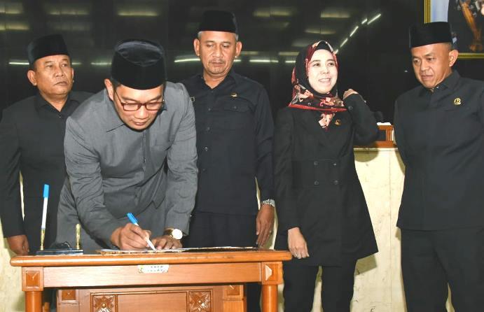 Ridwan Kamil Ketuk Palu APBD TA 2020 - JPNN.com