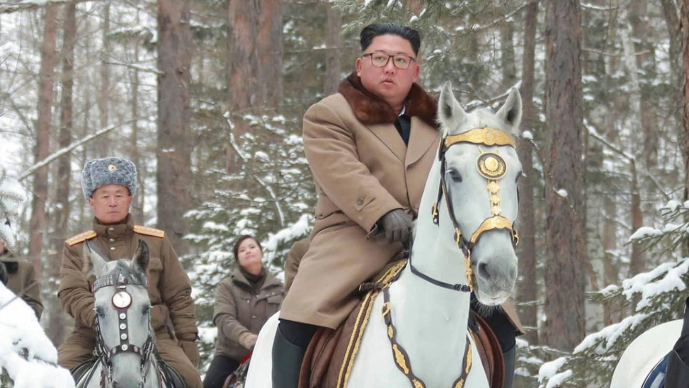 Gagahnya, Kim Jong Un Naik Kuda Putih ke Puncak Gunung Suci - JPNN.com