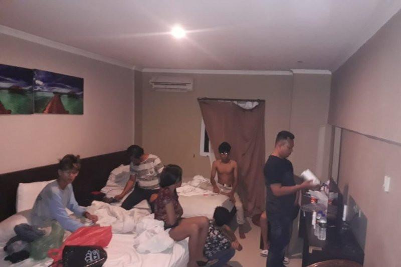 Enam Pasangan ABG Digerebek saat Asyik Berbuat Terlarang di Kamar Hotel - JPNN.com