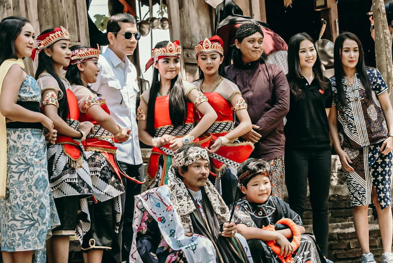 Angela ke Borobudur, Netizen: Promosikan Terus Pariwisata Indonesia - JPNN.com