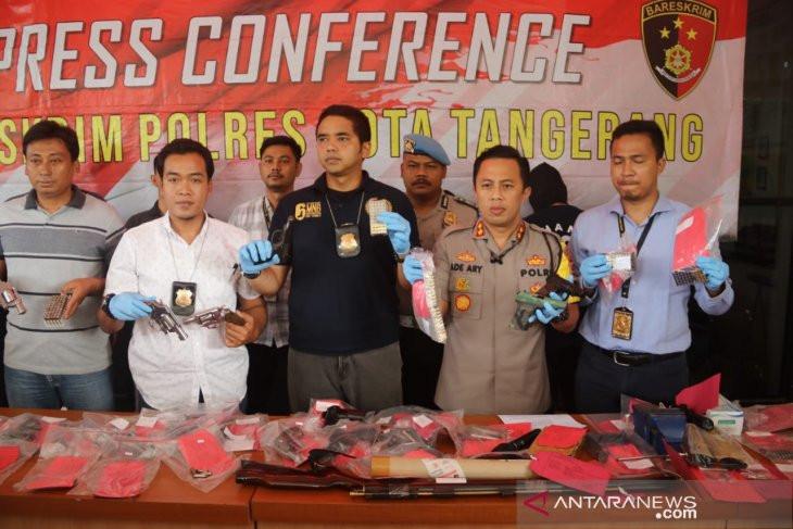 Polresta Tangerang Tangkap Pelaku Jual Beli Senjata Api - JPNN.com