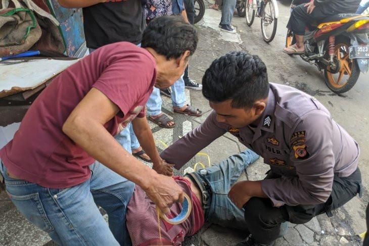 Aksi Heroik Brigadir Tawakal LumpuhkanPriaBersajam PengancamWarga - JPNN.com