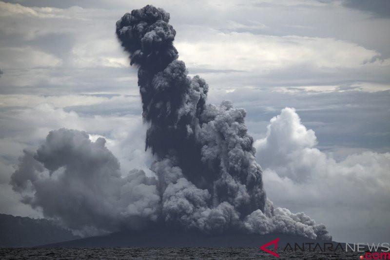 Semburan Debu Vulkanik Gunung Anak Krakatau Capai Dua Km - JPNN.com