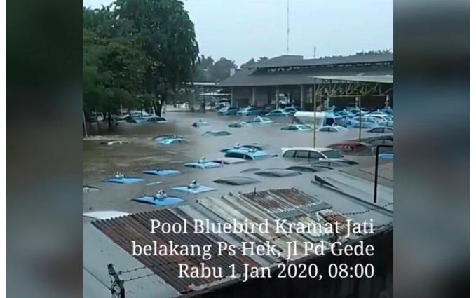 Sibuk Evakuasi Puluhan Taksi yang Terendam Banjir, Blue Bird Tetap Beroperasi - JPNN.com